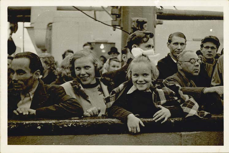 Dagy and Maie Talmet arriving in Adelaide, 1949. Reproduced courtesy Maie Barrow.