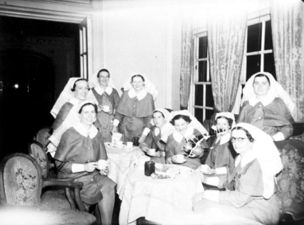 Nurses on the Aquitania and RMS Queen Mary, from South Australia and Bongilla, 3 February 1941. Photographer: Samuel J Hood Studio, ANMM Collection 00022607